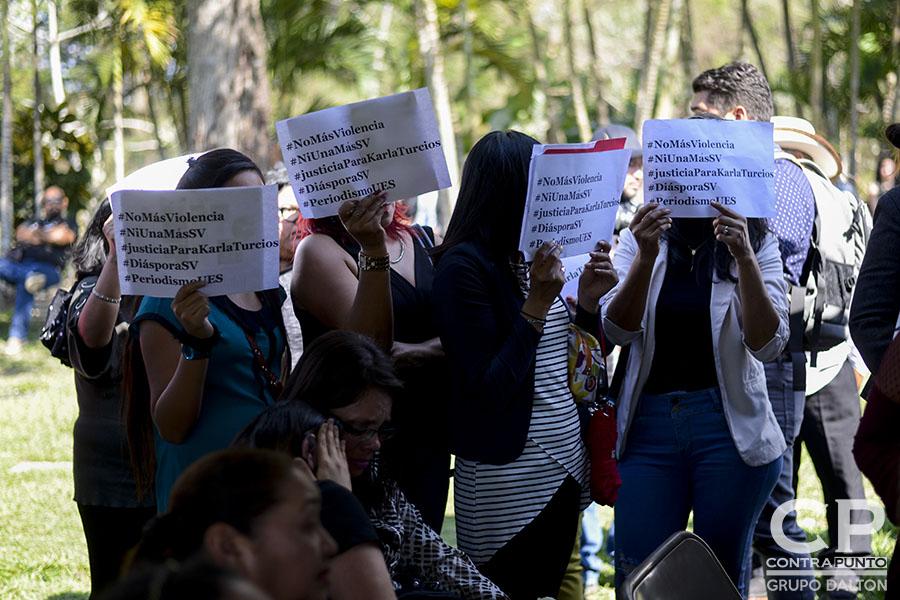 Familiares y amigos asistieron al funeral de Karla Turcios, periodista de El Economista, de La Prensa Gráfica, quien fue privada de libertad y luego asesinada, en un crimen que exigen se esclarezca pronto.