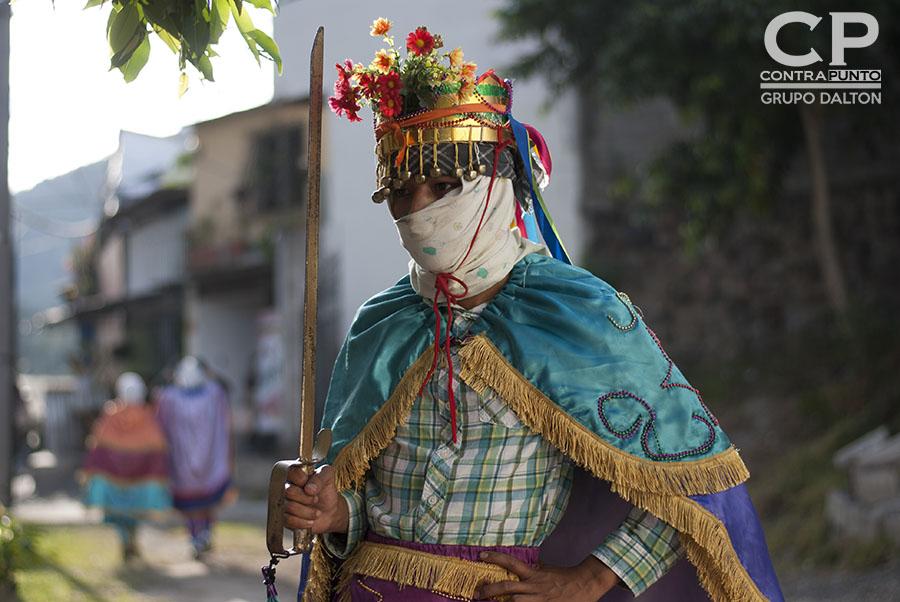 En el cantón El Carmen, ubicado en las faldas del volcán de San Salvador, un grupo de jóvenes mantiene viva la tradición de los historiantes, una danza que representa el enfrentamiento entre moros y cristianos en la llamada