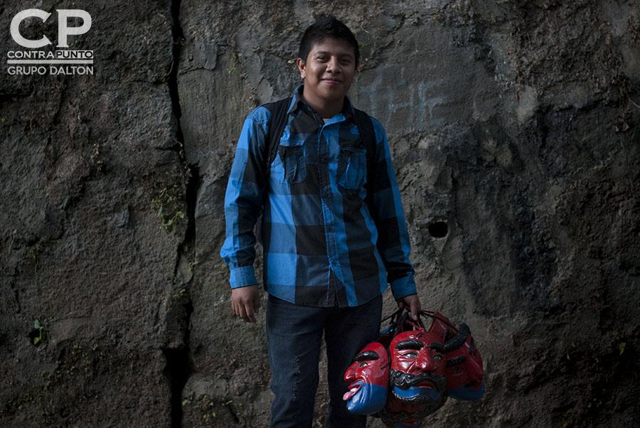 Carlos Mejía se ha encargado de mantener viva la tradición de los historiantes en el cantón El Carmen  ubicado en las faldas del volcán de San Salvador.