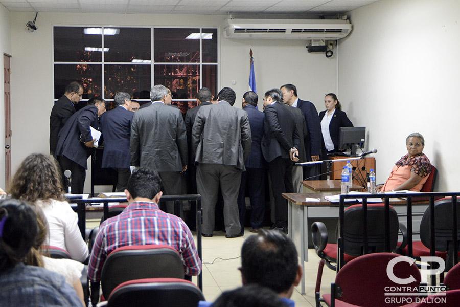 El equipo de abogados acusadores y defensores se reúnen con el juez  antes de iniciar el testimonio de María López, una de las sobrevivientes a la masacre.