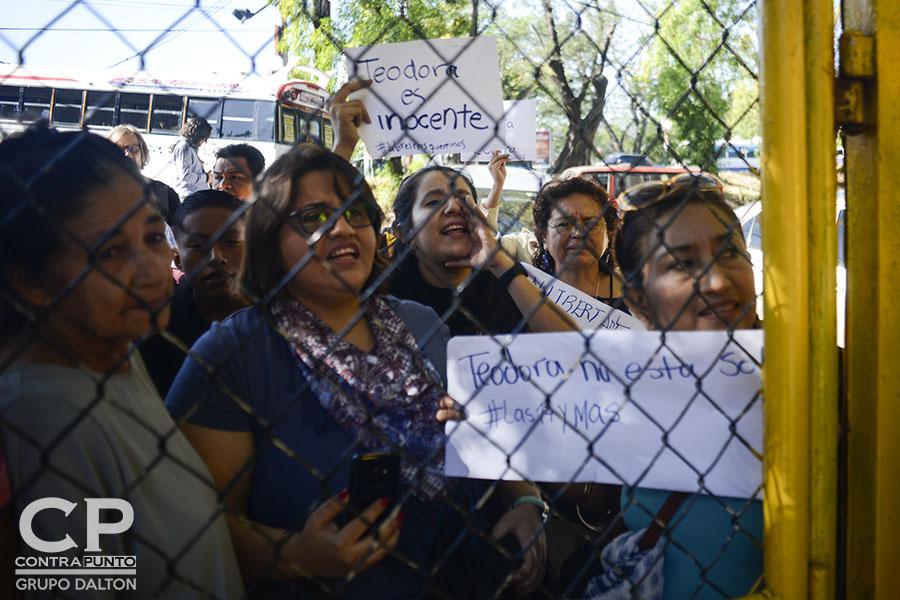 Activistas de derechos humanos a la espera de la salida de Teodora  Vásquez. Teodora Vásquez recobró su libertad luego de 10 años de estar recluida, acusada de homicidio agravado. A Teodora, una de las 17 mujeres encarceladas por aborto, el estado le conmutó la pena.