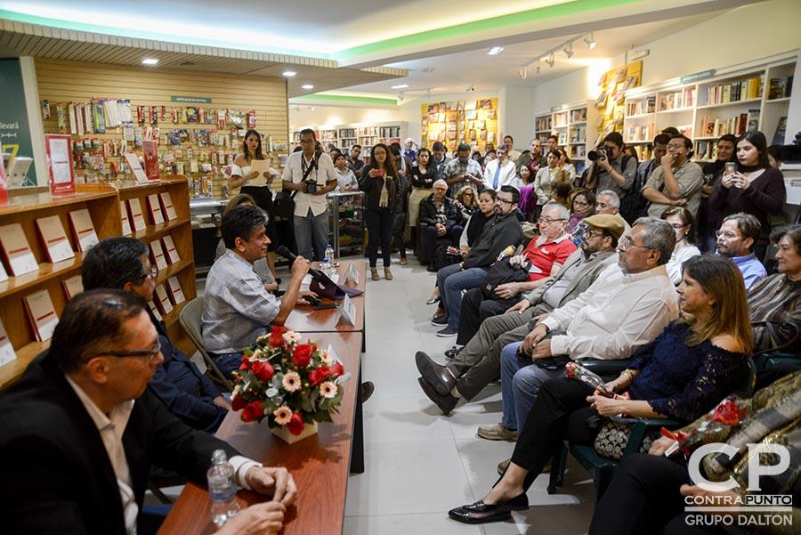 La familia Dalton presentó un libro de antología del poeta Roque Dalton que recopila los poemas de amor del escritor salvadoreño en una publicación realizada por la Editorial Cinco.