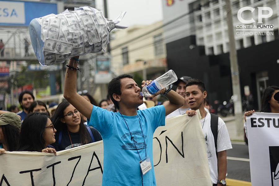 Una multitudinaria marcha en la que participaron sindicatos, organizaciones sociales y sociedad civil en contra de la aprobación de la Ley de Aguas en la Asamblea Legislativa partió desde el Redondel Masferrer hasta la plaza Salvador del Mundo, en la segunda muestra de descontento de la población al proyecto de ley.