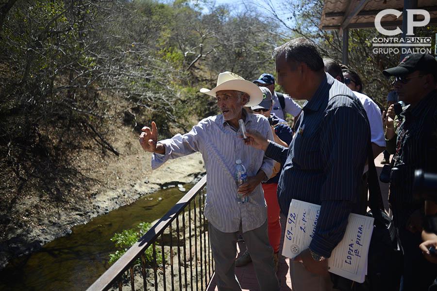 Amado Carrillo, sobreviviente a la masacre de El Calabozo da su testimonio a miembros de la Fiscalía General de la República (FGR). Familiares  de las víctimas de la masacre de El Calabozo, ocurrida en agosto de 1982, en las orillas del río Amatitán, San Esteban Catarina, San Vicente, acompañaron una diligencia judicial en la zona donde fueron asesinados más de 200 campesinos.
