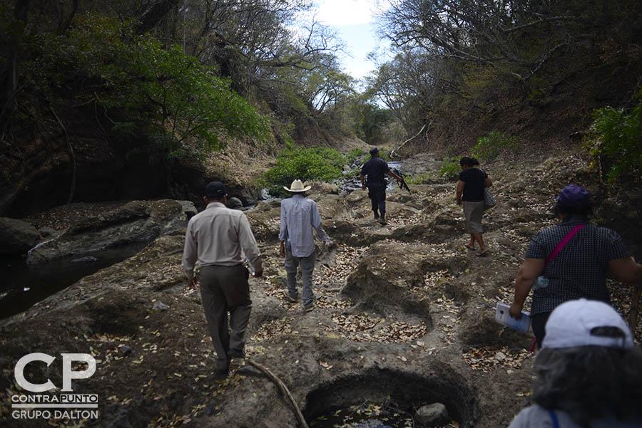 Familiares  de las víctimas de la masacre de El Calabozo, ocurrida en agosto de 1982, en las orillas del río Amatitán, San Esteban Catarina, San Vicente, acompañaron una diligencia judicial en la zona donde fueron asesinados más de 200 campesinos.