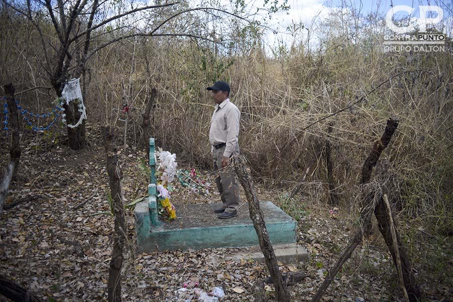 Fernando B.  muestra a fiscales el lugar donde enterró a parte de familiares  de las víctimas de la masacre de El Calabozo, ocurrida en agosto de 1982, en las orillas del río Amatitán, San Esteban Catarina, San Vicente, acompañaron una diligencia judicial en la zona donde fueron asesinados más de 200 campesinos.