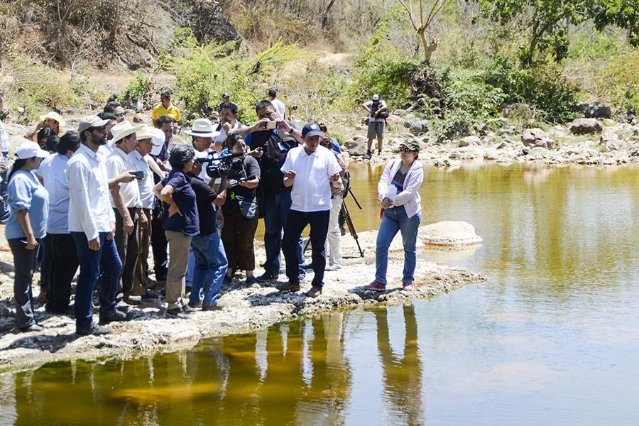 Diputados de la comisión de Medio Ambiente y Cambio Climático realizaron una visita de campo al cantón San Sebastián para conocer los estragos causados en el río, en el marco de la del anteproyecto de Ley  que prohiba la minería metálica en el país. Foto: Vladimir Chicas