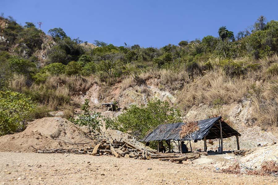 En lo alto del cerro San Sebastián se sitúan estructuras de plástico y madera en la que se cubren del sol las personas que trabajan en la extracción de oro de manera artesanal. Foto: Vladimir Chicas