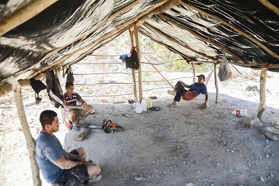 La extracción de oro de manera artesanal lleva a muchas familias a excavar meses para encontrar el mineral. Foto: Vladimir Chicas
