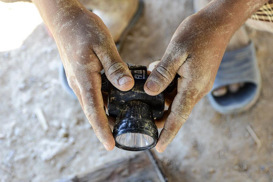 Los güiriseros (mineros artesanales) cuando obtienen un gramo de oro lo venden a un promedio de $30 dólares. Foto: Vladimir Chicas