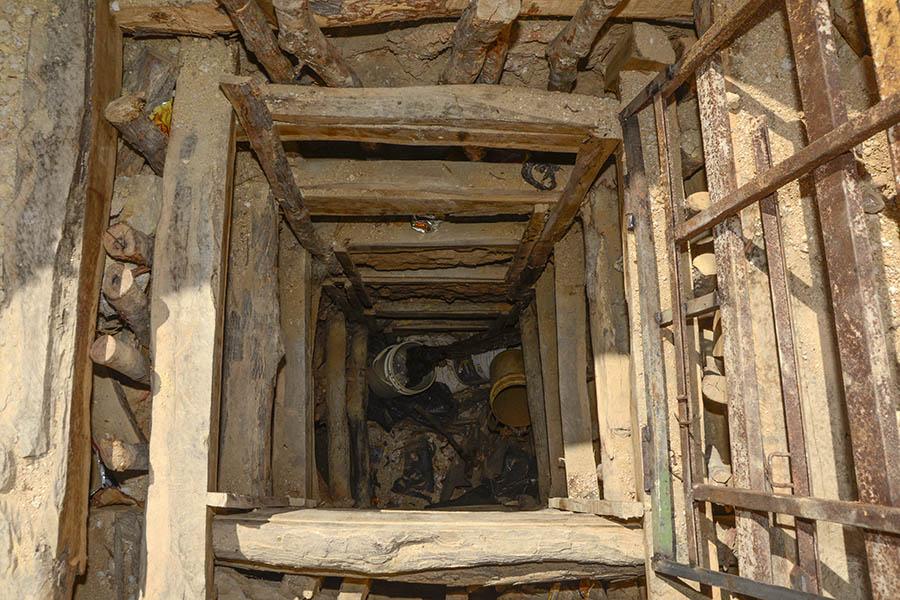 Boquete excavado por mineros artesanales para la extracción de oro. Foto: Vladimir Chicas