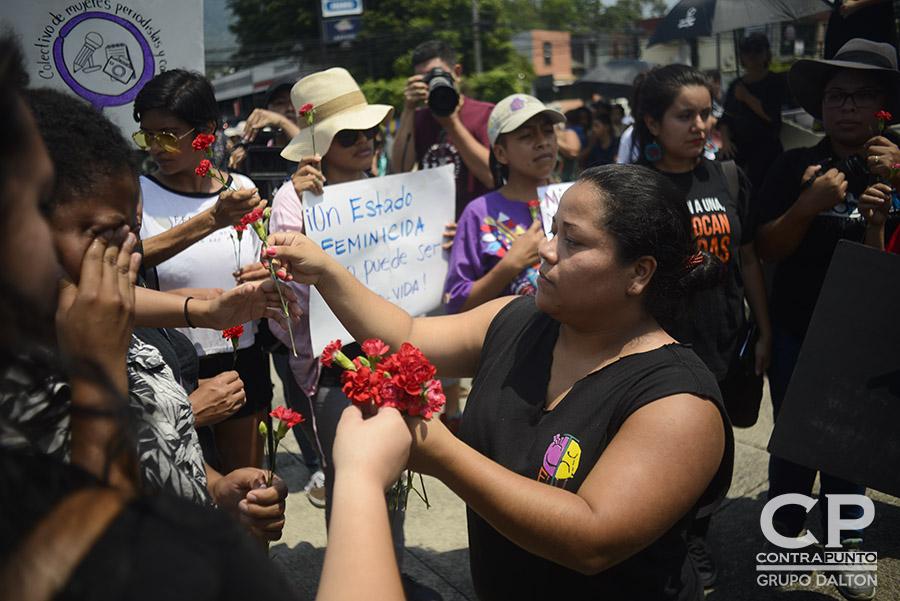 Mujeres salvadoreñas se concentraron en el redondel Constitución para exigir el cese a los feminicidios. En lo que va del año 142 mujeres fueron asesinadas. Muchos estos casos siguen en la impunidad.