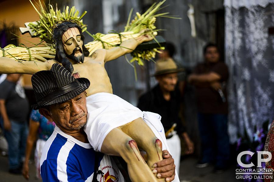 Cada Jueves Santo la comunidad indígena de Izalco sale a las calles del municipio con 12 cristos adornados con flores, encabezando la maratónica procesión de Jesús Nazareno de 16 horas, en una de las  más coloridas tradiciones de la Semana Mayor.
