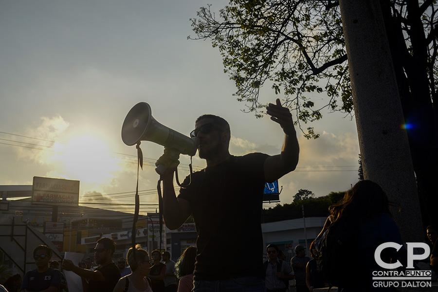 El error en el conteo de votos de diputados en el escrutinio preliminar enfadó a un grupo de ciudadanos que protestaron en las afueras del Centro Internacional de Ferias y Convenciones (CIFCO), denunciando un supuesto fraude electoral.