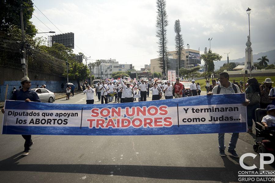 En el marco de una posible aprobación de despenalizar el aborto en cuatro causales, el pasado fin de semana cientos de personas, feligreses evangélicos y católicos, marcharon en contra del aborto.