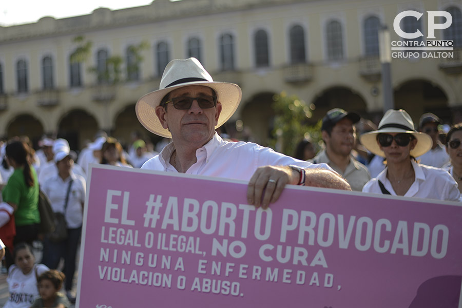 El expresidente de ARENA, Jorge Velado, participó en la marcha contra el aborto. En el marco de una posible aprobación de despenalizar el aborto en cuatro causales, el pasado fin de semana cientos de personas, feligreses evangélicos y católicos, marcharon en contra del aborto.