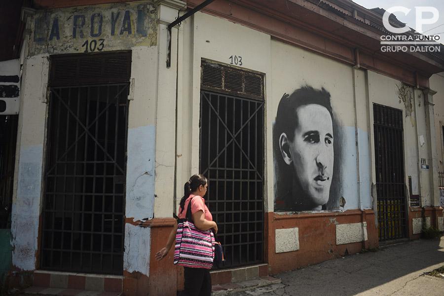 Roque Antonio Dalton García nació el 14 de mayo de 1935 en San Salvador. Su infancia la pasó  en la casa materna ubicada en la calle 5 de Noviembre. En el lugar funcionaba  una tienda de nombre Â«La Royal».