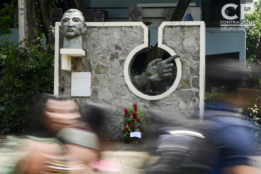 Busto en honor al poeta Roque Dalton ubicado  en la Escuela de Artes de la Universidad de El Salvador.