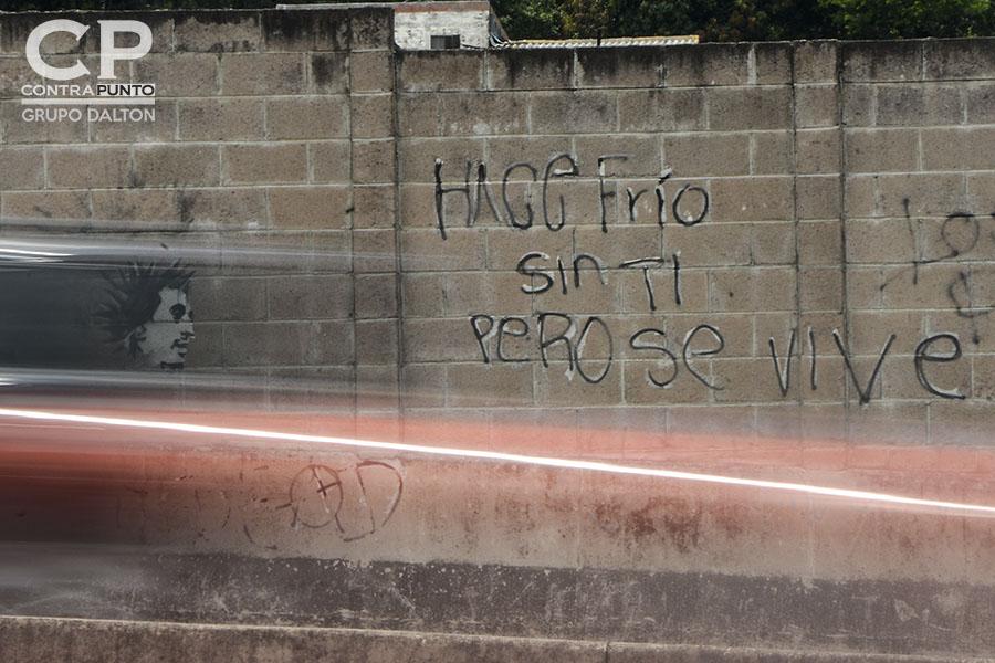 Â«Hace frío sin ti pero se vive», fragmento del poema  Y Sin Embargo, Amor pintado en el bulevar Monseñor Romero en Santa Tecla.
