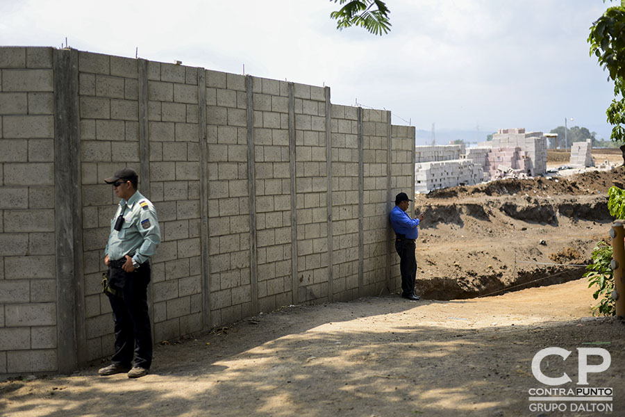 Una parte de la construcción de la urbanización Acrópoli en Nahuilingo, Sonsonate, destruyó parte del patrimonio indígena de Cacuscalco. Son cuatro las órdenes para detener las obras de construcción y un juicio en contra de la empresa Fénix que no ha acatado los mandatos de frenar los daños irreparables en el patrimonio de la zona.