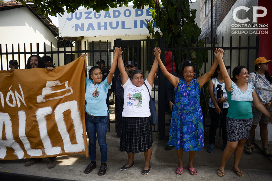 Habitantes a favor y en contra de la construcción de la urbanización Las Victorias ( Acrópoli),  protestaron a las afueras del juzgado de paz de Nahuilingo, lugar donde se realizó una audiencia en contra de la empresa constructora Fénix, por los daños en el sitio Tacuscalco.
