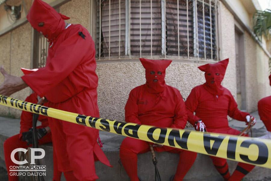 En el municipio de Texistepeque, Santa Ana, cada Lunes Santo un grupo de lugareños vestidos de traje rojo, personificando a demonios salen a las calles a limpiar los pecados a latigazos, en una tradición de la Semana Mayor.
