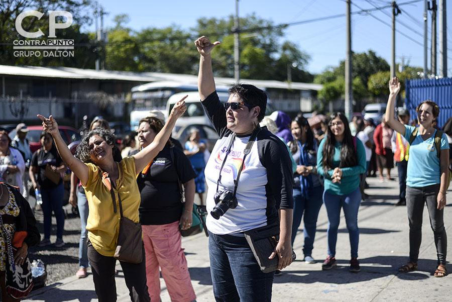 Organizaciones feministas apoyaron a Teodora en las afueras del centro judicial