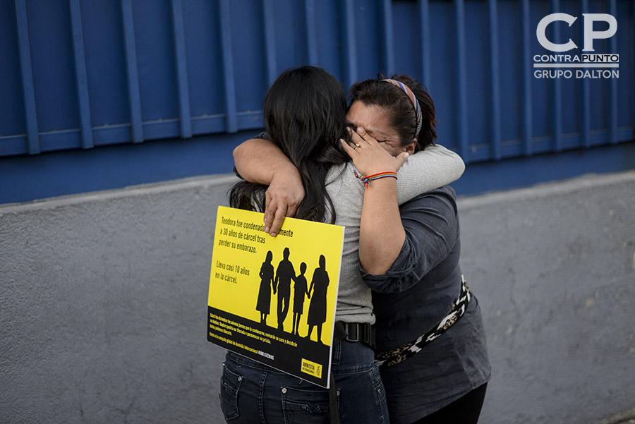Dos mujeres lloran luego de que el   Tribunal Segundo de Sentencia de San Salvador confirmara  la sentencia de 30 años a Teodora Vásquez  por el delito de Homicidio Agravado en prejuicio de su hijo, tras sufrir un parto intempestivo en 2007.