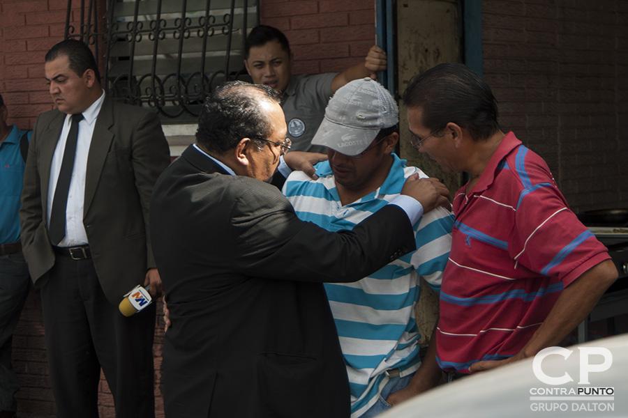 Roberto Hugo Preza, director de noticieros Megavisión, lugar donde trabajaba la víctima,  abraza a familiares de Rivas.