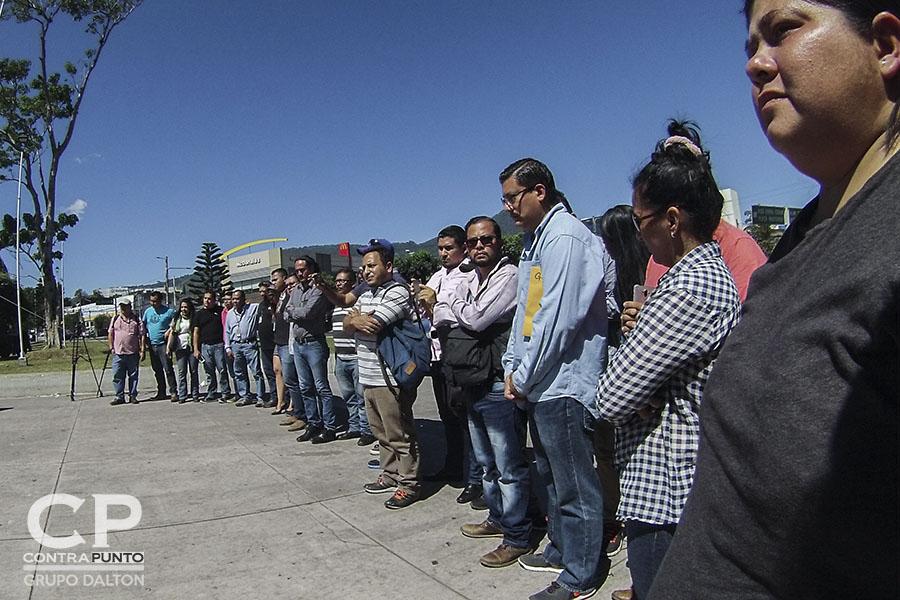 Periodistas de diferentes medios realizaron una concentración en la plaza Salvador del Mundo para exigir el cese a la violencia.