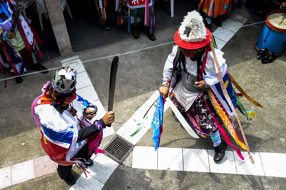 Miembros de Los Historiantes de Santiago Texacuangos realizan una danza en honor a Santiago Apóstol. Foto: Vladimir Chicas