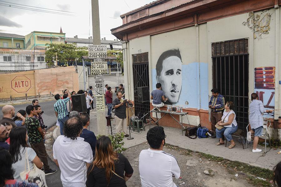 Artistas salvadoreños conmemoraron el 42 aniversario del asesinato del poeta Roque Dalton con una actividad cultural realizada en la casa donde creció junto a su madre.