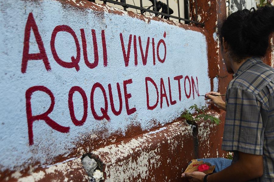 La casa, número 103, ubicada entre la avenida Monseñor Oscar Arnulfo Romero y la calle 5 de Noviembre, era donde vivió sus primeros años de vida Roque Antonio Dalton García (1935-1975), junto a su madre, que era propietaria de la tienda llamada