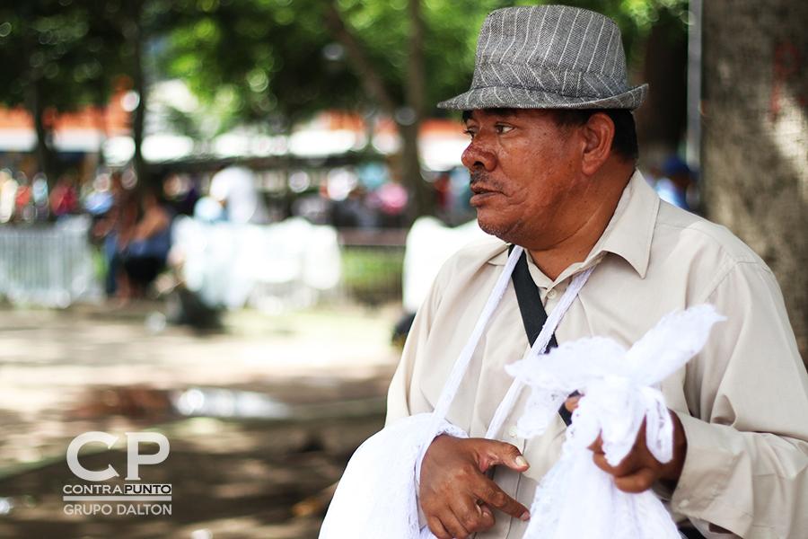 Viaja desde Quezaltepeque para poder vender y así llevar sustento a su familia.