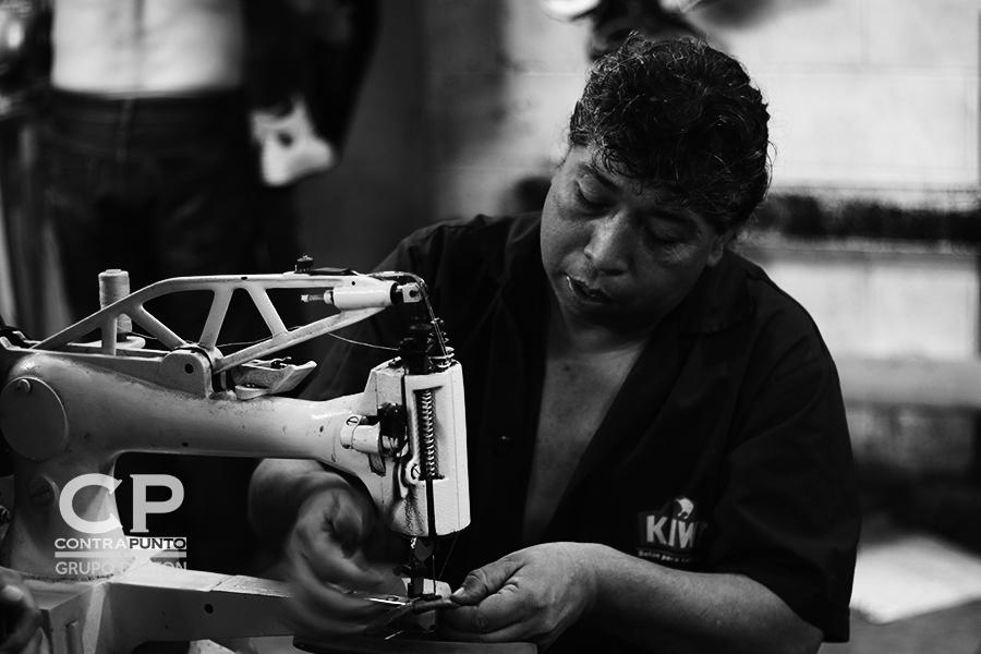 César Cabrera, quien tiene su puesto dentro del mercado, tiene 26 años trabajando como zapatero.