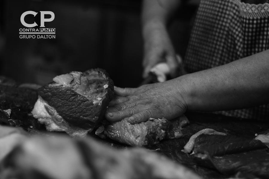 La práctica de 35 años, ha hecho que sus manos se muevan como en una coreografía a la hora de cortar la carne.
