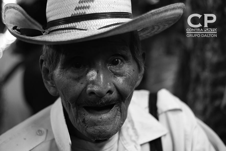 Muchos adultos mayores, se pasean por los pasillos del mercado en busca de comprar aunque sea un dólar de chorizos para su sustento.