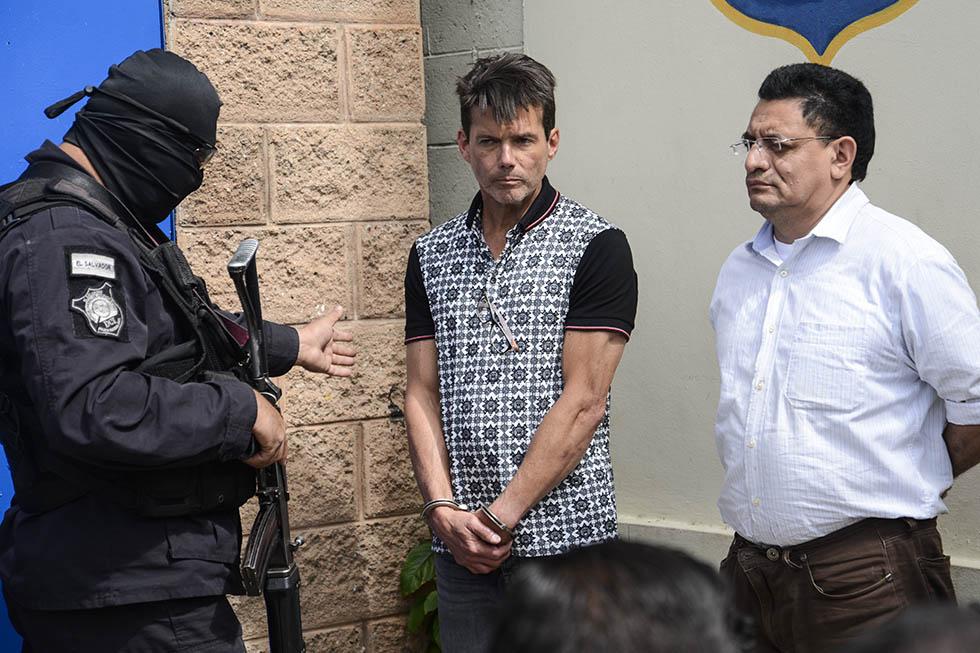 El empresario  Ernesto José Regalado (centro) fue capturado cuando ingresaba al país procedente de México.  Foto: Vladimir Chicas