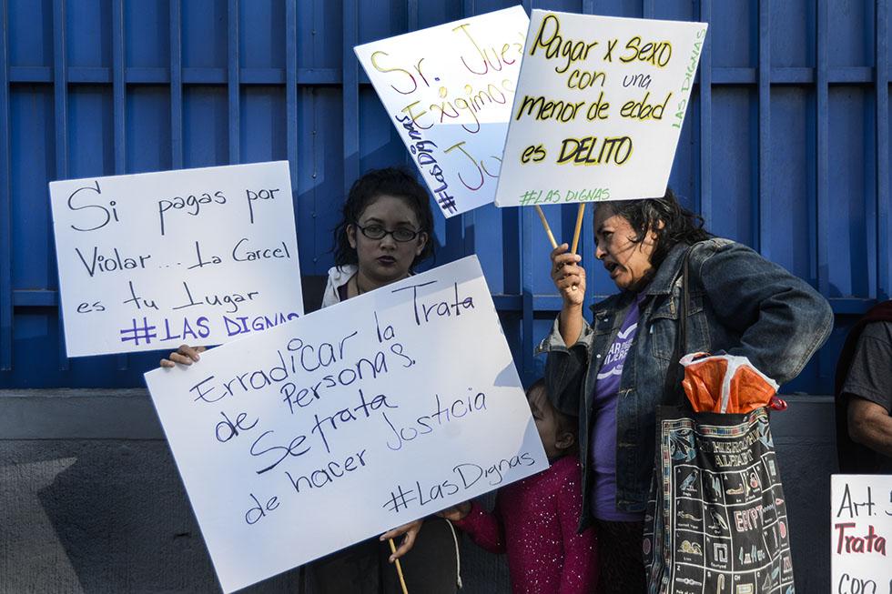 Un grupo de mujeres protestaron en las afueras del centro judicial Isidro Menéndez en San Salvador en contra de los acusados.  Foto: Vladimir Chicas