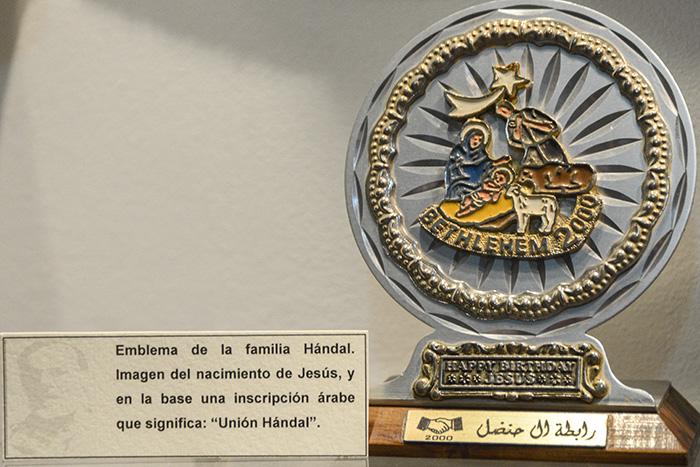Jorge Schafik Hándal Hándal nació el 14 de octubre de 1930 en la ciudad de Usulután. Hijo de inmigrantes árabes que se afincaron al oriente del país. En el museo se exhibe el escudo de la familia Hándal. Foto: Vladimir Chicas