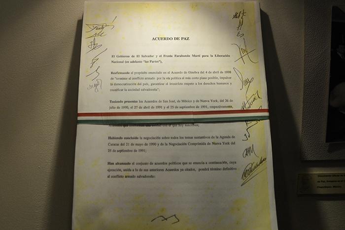 Copia de los Acuerdos de Paz que se exhibe en el museo dedicado a Shafick Hándal.Foto: Vladimir Chicas