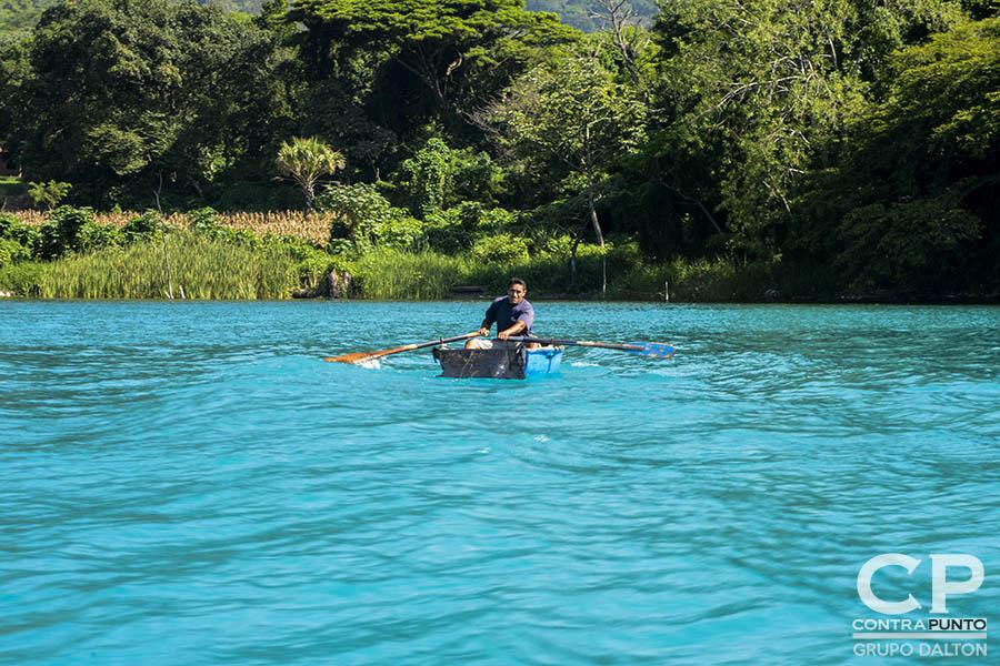 Por tercer año consecutivo el lago de Coatepeque cambia su color a turquesa. Expertos en medio ambiente realizan pruebas para identificar cuál es la causa de la coloración.