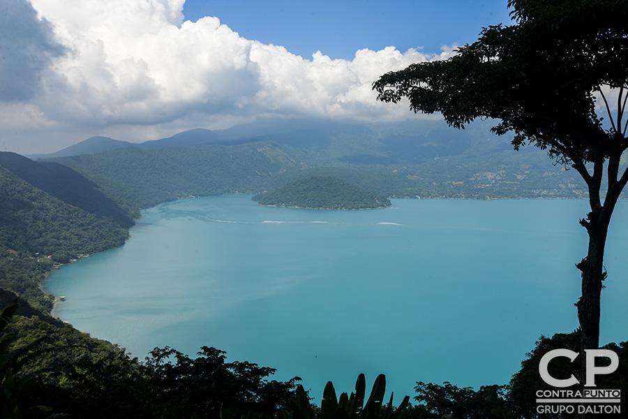Por tercer año consecutivo el lago de Coatepeque cambia su color a turquesa. Expertos en medio ambiente realizaron pruebas para identificar cuál fue la causa de la coloración.