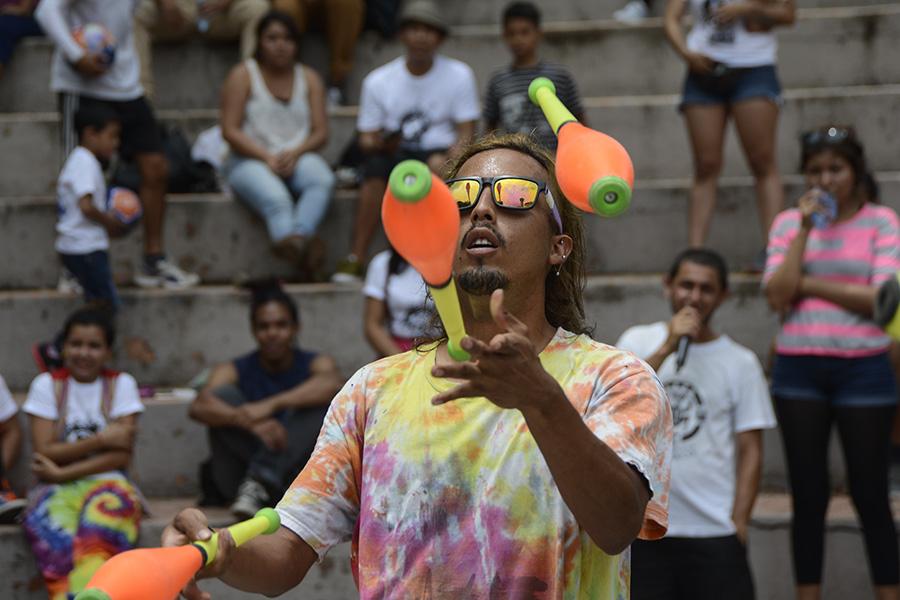 Artistas salvadoreños conmemoraron el Día Internacional del Malabarismo demostrando sus habilidades en la alameda Roosevelt y el Parque Cuscatlán. Esta celebración se realiza desde hace cinco años en el país, de acuerdo al organizador de la actividad.