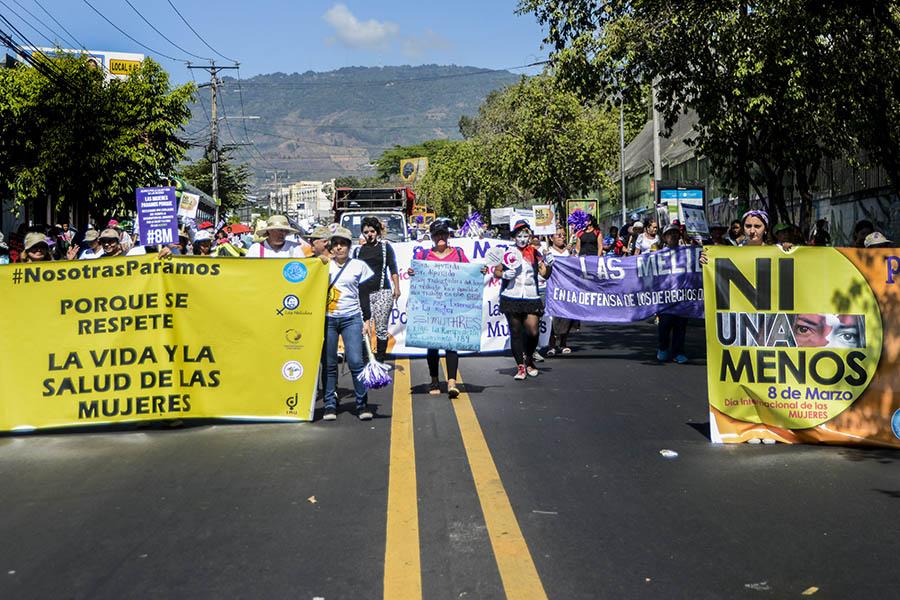 Cientos de mujeres conmemoraron el Día Internacional de la Mujer en El Salvador, país en el que la lucha por reivindicar sus derechos crece día a día.