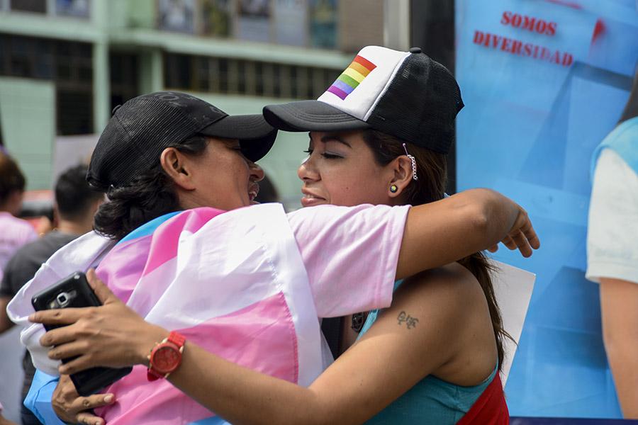 La comunidad de lesbianas, gays, bisexuales, transexuales e intersexuales (LGBTI) marcharon por calles de San Salvador, para exigir sus derechos frente a la discriminación.