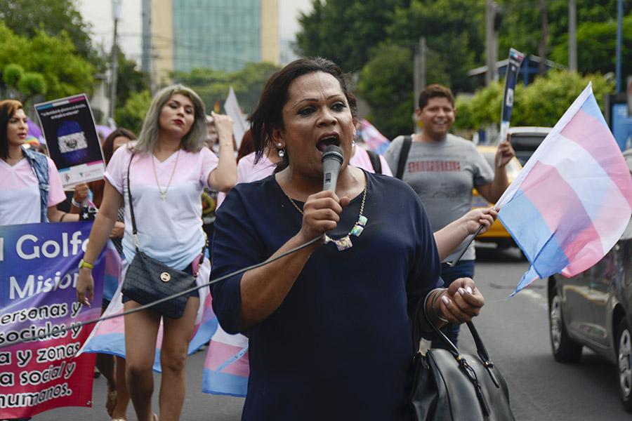 Karla Avelar, nominada al premio de la Fundación Martin Ennals, que se entrega a activistas defensores de derechos humanos alrededor del mundo marchó para exigir el cese a la discriminación en contra de la comunidad LGTBI.