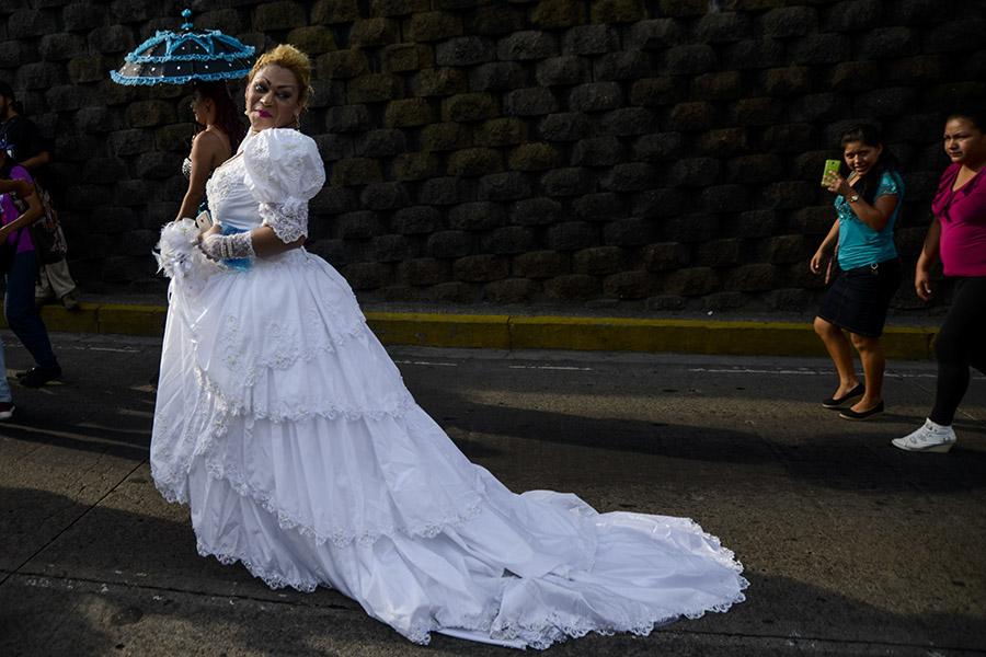 La comunidad LGBTI salvadoreña celebró el día de la diversidad sexual con una multitudinaria marcha que partió del mercado Cuscatlán a la plaza al Divino Salvador del Mundo.
