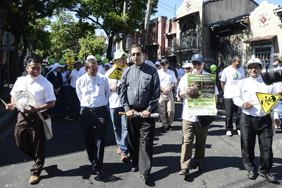 El arzobispo de San Salvador, José Luis Escobar Alas, junto con el arzobispo auxiliar, Gregorio Rosa Chávez, encabezaron la marcha que salió del parque Bolívar hacia la Asamblea Legislativa.