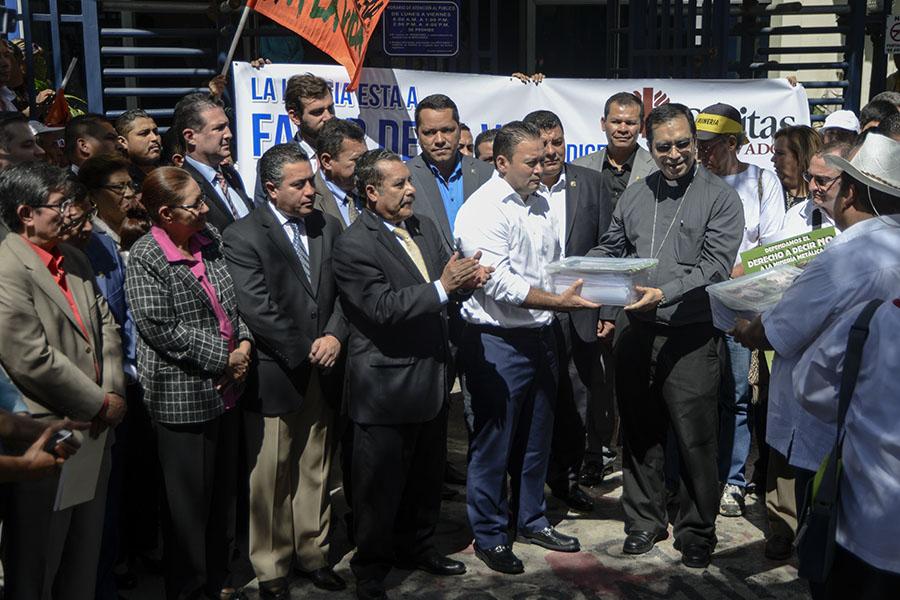 El arzobispo de San Salvador entregó al presidente de la Asamblea Legislativa, Guillermo Gallegos, las firmas recopiladas en las iglesias católicas que piden se apruebe la ley contra la minería.